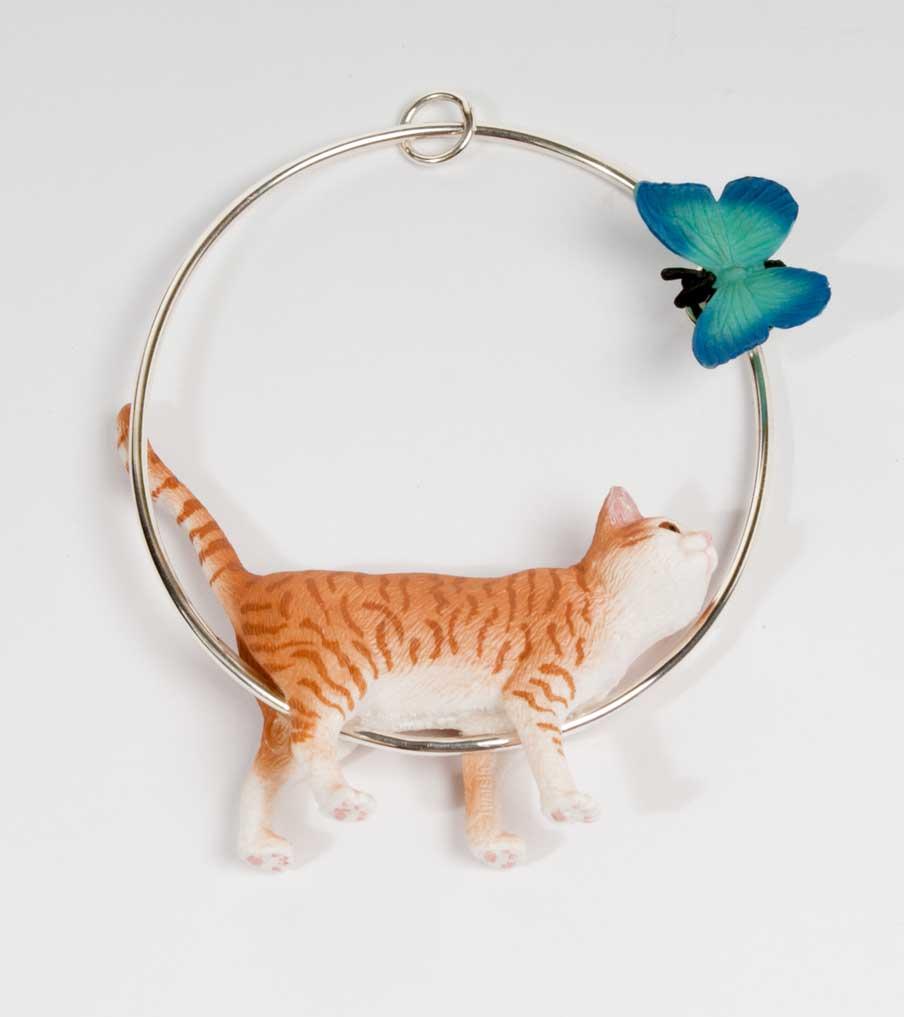 Kat met vlinder hanger | Sieraad - Belinda Brama