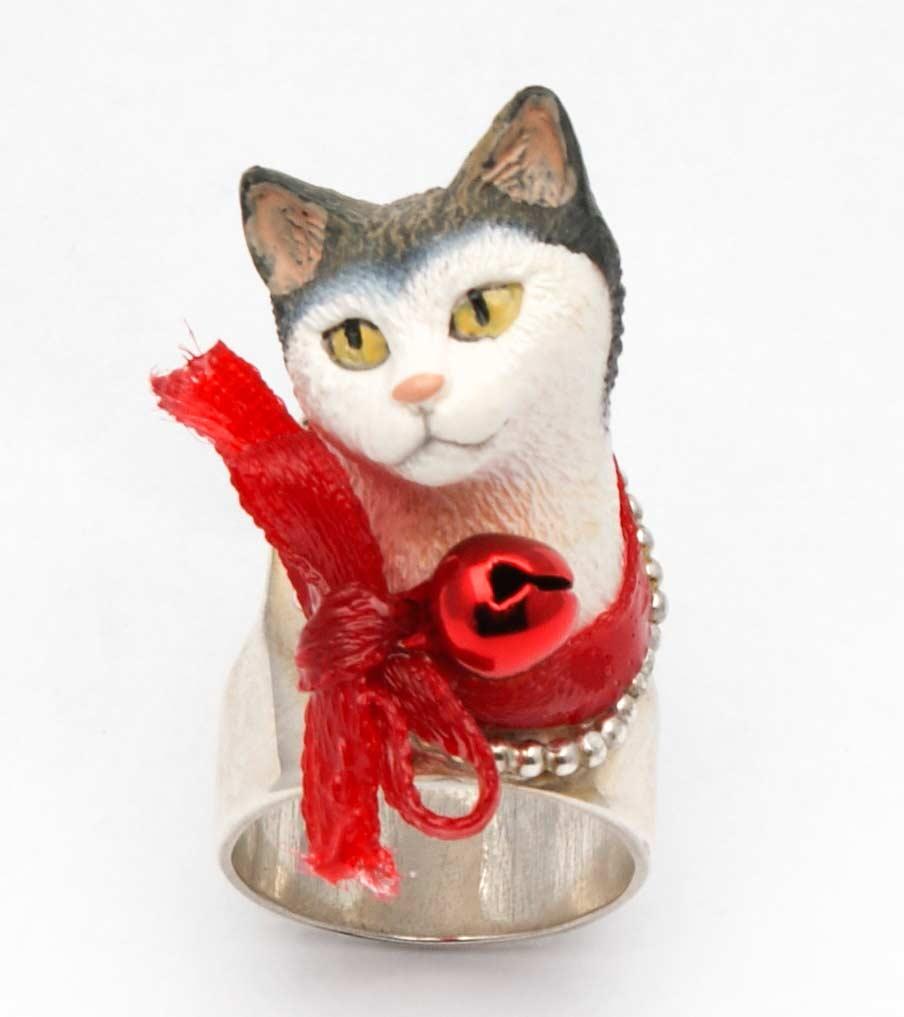Kat met rood belletje ring | Sieraad - Belinda Brama