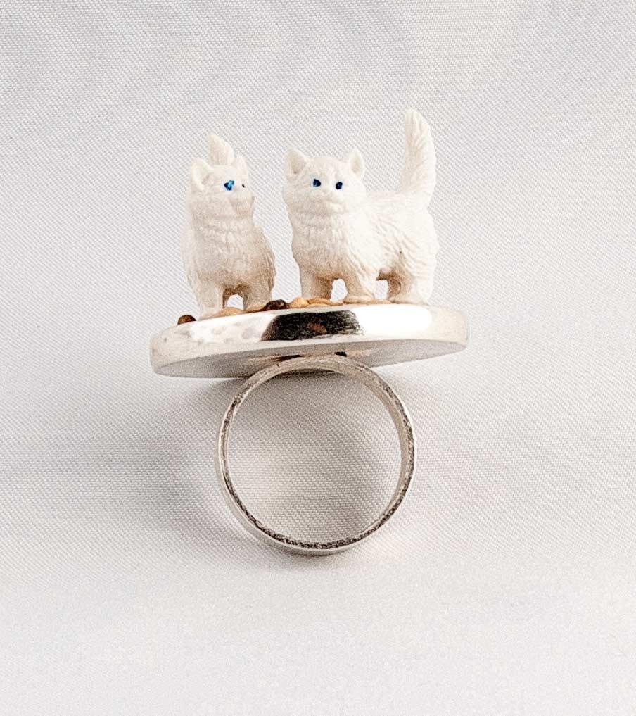 Witte katten ring vooraanzicht | Sieraad - Belinda Brama