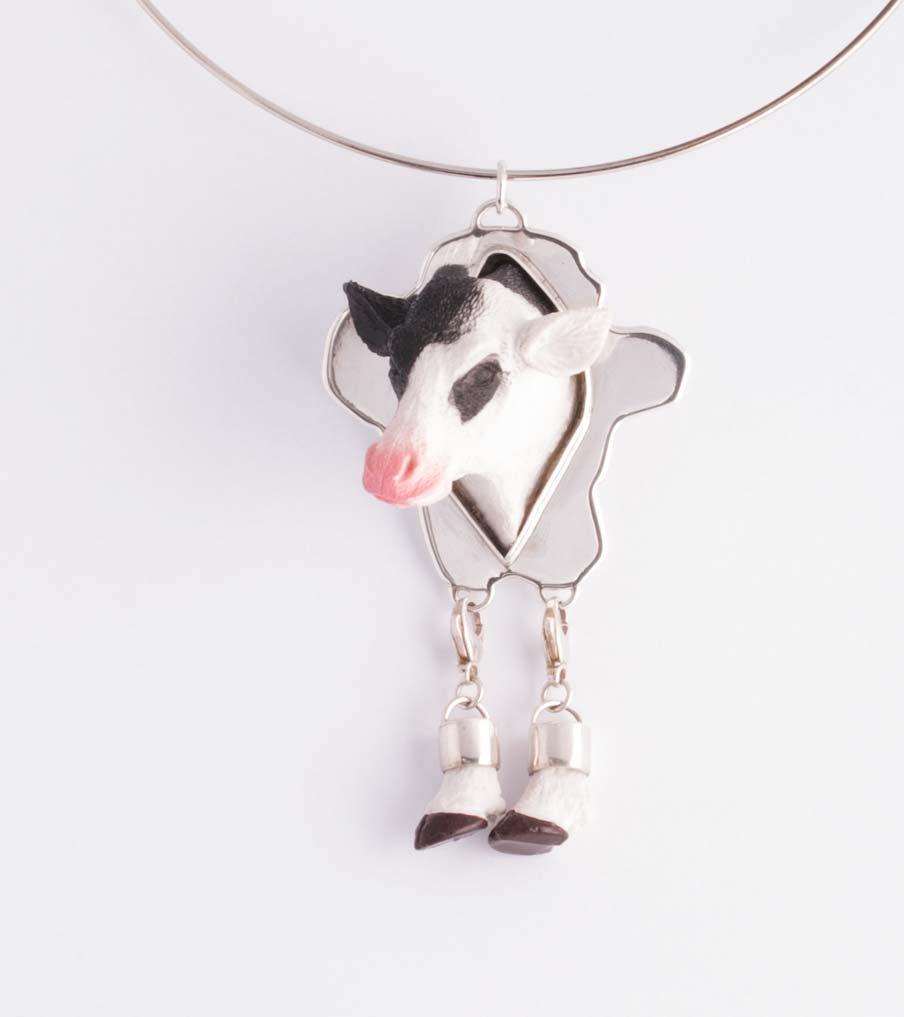 Koe met pootjes hanger | Sieraad - Belinda Brama