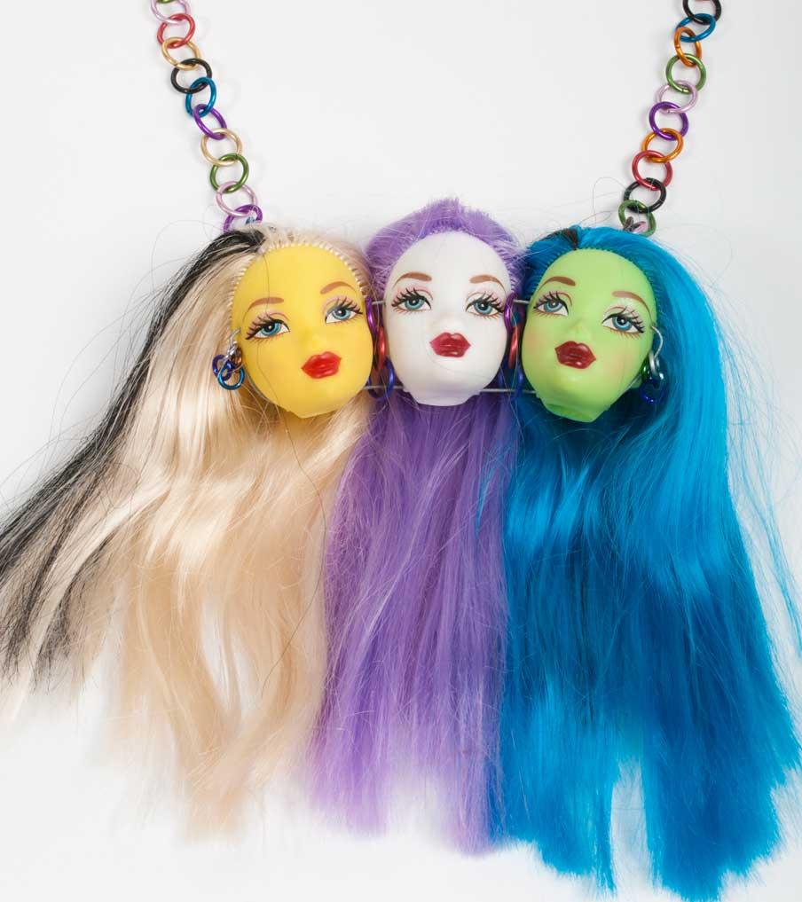 Drie gekleurde barbiehoofden ketting | Sieraad - Belinda Brama